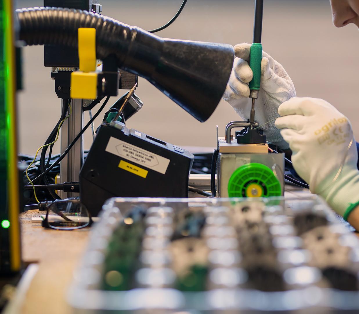 Obróbka przewodów ikabli elektrycznych Zakład Elektroniczny Omega